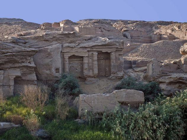 Археологи нашли 12 новых гробниц и кладбища животных времен Нефертити