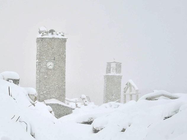 Итальянские cотрудники экстренных служб отыскали вотеле, заваленном снегом, тела 30 человек