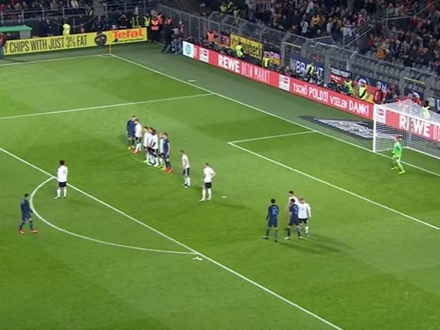 Британская газета назвала английских футбольных фанатов «подонками»