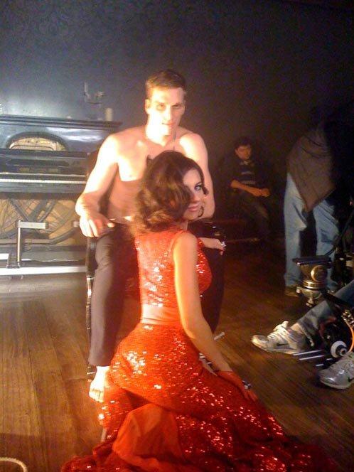 В клипе на песню Роман героиня Ани Плетневой мучает своего возлюбленного.
