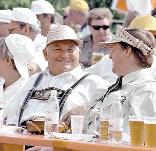 Уже лет десять назад Юрий ЛУЖКОВ на фестивале пива в Москве... (фото РИА Новости)
