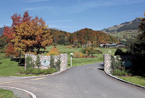 ...простираются гигантские поля для гольфа
