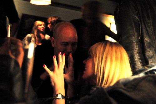 Пока Наталья была в Москве, Джастин ПОРТМАН развлекался в клубе с симпатичной блондинкой