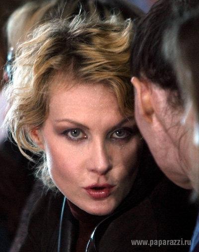 К тому же актриса не потрудилась закрасить отросшие корни волос