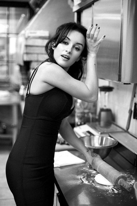 Тина КАНДЕЛАКИ готовится к приходу гостей на ужин по случаю своего дня рождения