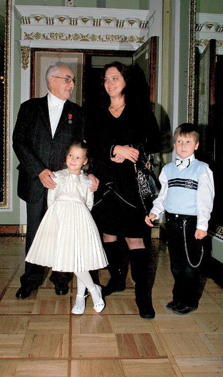 84-летний гроссмейстер Марк ТАЙМАНОВ с женой Надеждой и 6-летними двойняшками Машенькой и Димой