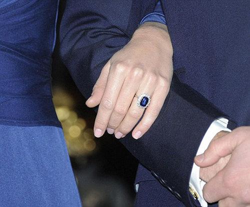 Естественно, Кейт в этот день оделась в тон кольцу. Фото Daily Mail