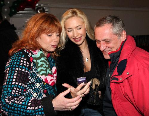 Анастасия ГРЕБЕНКИНА показывает БЕСТЕМЬЯНОВОЙ и БУКИНУ фото своего сына Ванечки