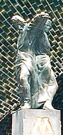 Вершину монумента венчает видоизменённая копия знаменитой скульптуры Веры МУХИНОЙ, ставшей символом «Мосфильма»