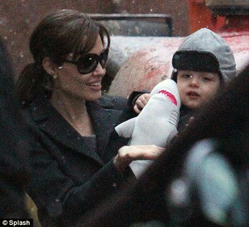 Анджелина Джоли  редко появляется с Ноксом на публике.