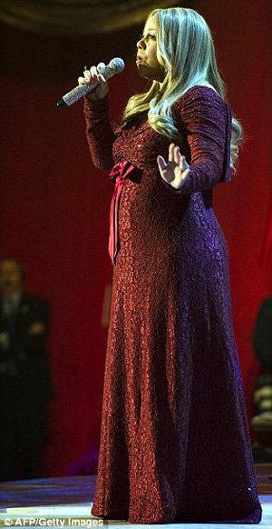 Беременая Мэрайя КЭРИ спела на рождественском концерте