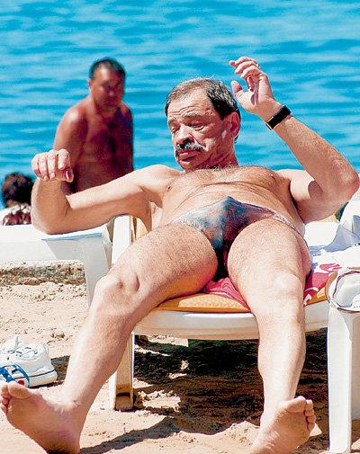 Едва ОЛЕЙНИКОВ разоблачается на пляже, все женщины смотрят на него с восхищением