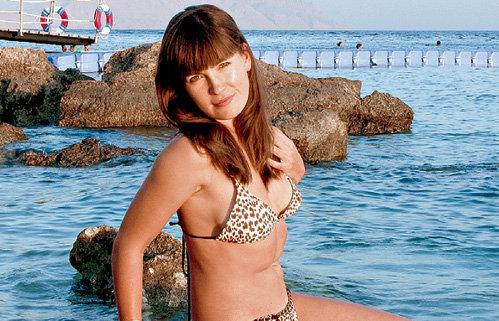 Ольга решительно рассталась с верхом купальника...