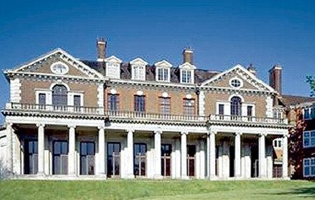 Особняк Уитанхерст площадью 3,7 тыс. кв. м в Лондоне г-жа БАТУРИНА купила за $100 млн. Здесь она, видимо, и встретит с семьёй Новый год