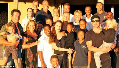 Анджелина с Захарой и Брэд с Шило на руках среди новых друзей - сотрудников гуманитарных миссий разных стран в Намибии