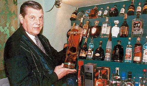 Единственной слабостью Юрия Михайловича был коньяк. Многие на ней играли