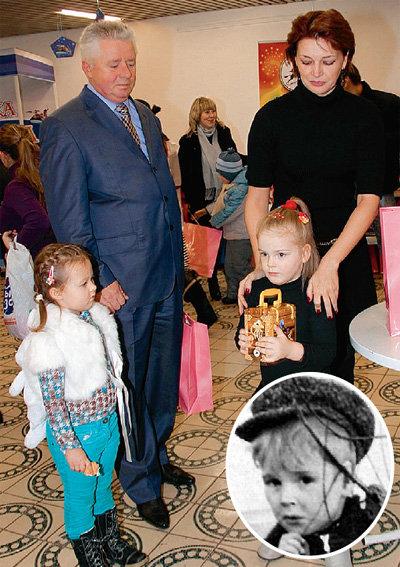 Посмотрев на фотографии Женечки из «Олимпийского», куда её мама Юля пришла с другом Алексеем МУХИНЫМ, мы поразились сходству дочки Александра Гавриловича с папой (на фото в круге АБДУЛОВУ пять лет)