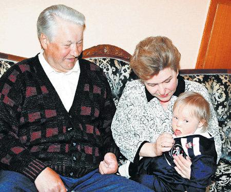 Сынишка Татьяны и Валентина ЮМАШЕВЫХ Глебушка был частым гостем в резиденции дедушки (на снимке Борис ЕЛЬЦИН и Наина Иосифовна)