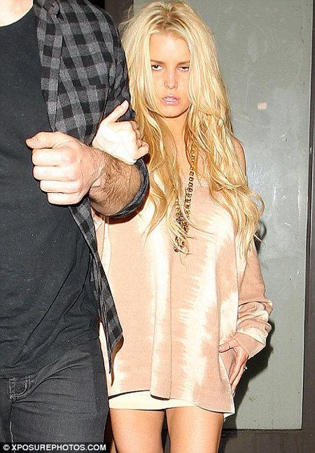Выйти из ресторана она смогла только с помощью жениха - фото Daily Mail