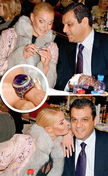 На вечеринки в последнее время балерина ходит в сопровождении американца итальянского происхождения синьора БЕРДЖИО, который подарил ей шикарное кольцо с их инициалами на внутренней стороне (фото Анатолия БЕЛЯСОВА)