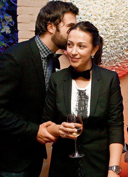 Иван обожает целовать Наташу в ушко