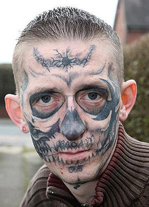 27-летний Деон вытатуировал на лице череп. Теперь он вот такой красавчик