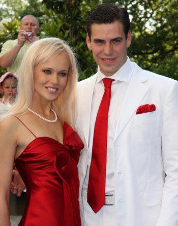 Татьяна с Дмитрием на открытии «Кинотавра-2009»: тогда супруга актёра закрывала высокий лоб симпатичной чёлкой (Фото Ларисы Кудрявцевой)