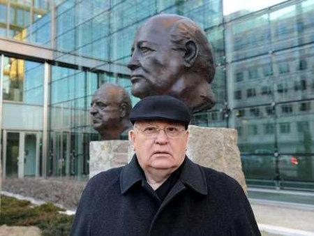 Михаил ГОРБАЧЁВ сфотографировался на фоне своего памятника