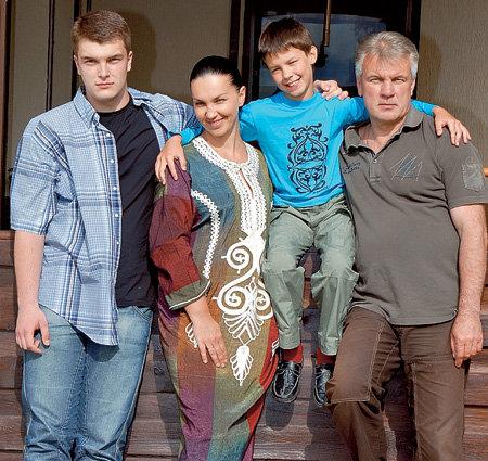 Анатолий с супругой Светой и сыновьями Володей и Климом