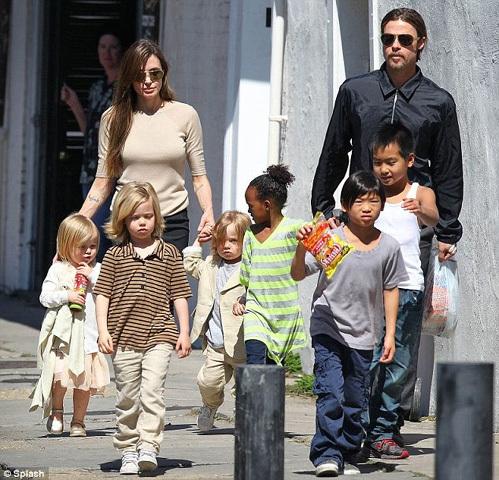 Редкий кадр: Брэд ПИТТ и Анджелина ДЖОЛИ на прогулке со всеми своими детьми