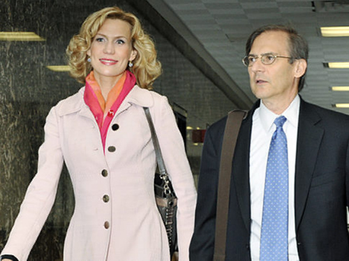 Анна МАЛОВА со своим адвокатом Робертом Готтлибом. Фото: nydailynews.com