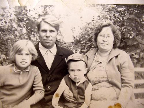 АНДРЮША РЯБКОВ с мамой Тамарой, папой Павлом и старшей сестрой Ирой