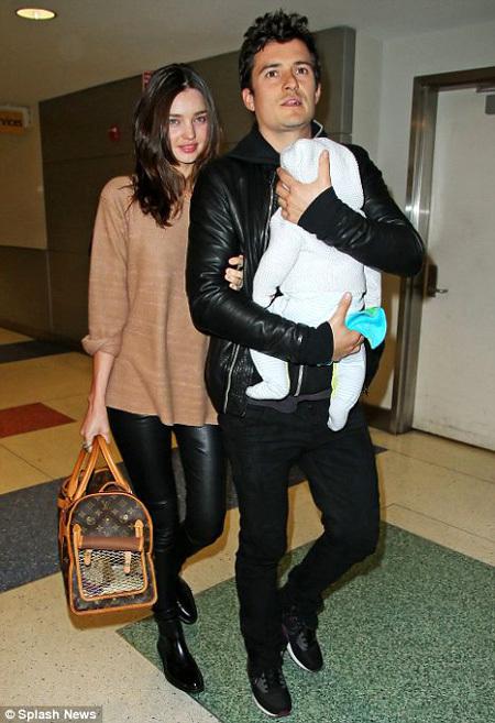 Вместе с сыном Флинном Орландо БЛУМ и Миранда КЕРР появились в аэропорту Лос-Анджелеса