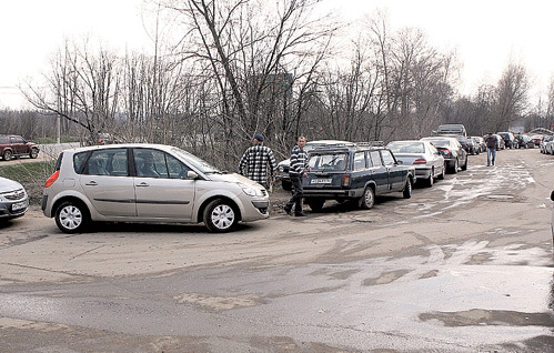 Борьба с коррупцией ударила по карманам гаишников и по нервам автовладельцев, вынужденных по 6 - 8 часов простаивать в очереди на техосмотр