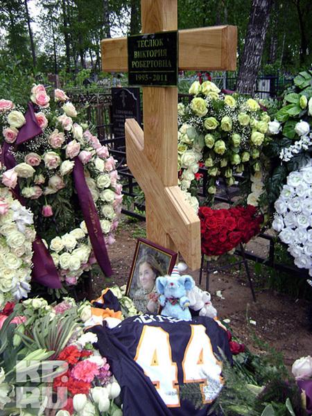 На могилу Виктории ТЕСЛЮК друзья принесли мягкие игрушки. Фото kp.ru