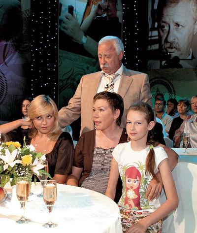 В прошлом году телеведущий отметил 65-летие (на фото с невесткой Лилией, женой Мариной и дочкой Варварой)