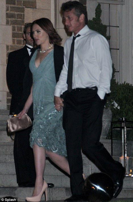 актеры появились на ужине White House Correspondents в Вашингтоне, держась за руки. Фото: Dаily Mail