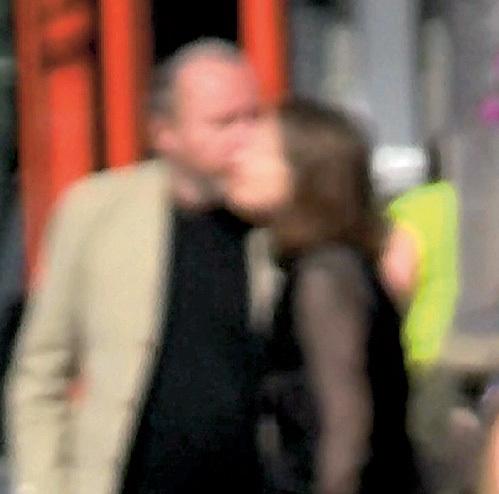 ...и поцеловал подругу в щёчку