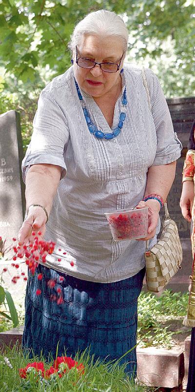Лидия Николаевна «окропила» могилу мужа калиной красной