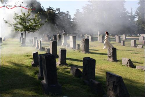 В клипе Лена приходит, чтобы положить цветы на собственную могилу