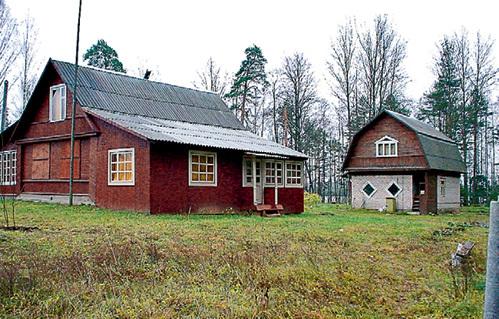 Домик в Глуши актриса построила по совету родителей Марины ЛЕВТОВОЙ. Те заплыли в деревеньку, путешествуя на байдарке, потом осели и друзей позвали