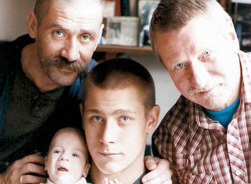 Три поколения КРАСКО: дед Ваня (справа), отец Андрей и его сыновья - Ян и Кирилл