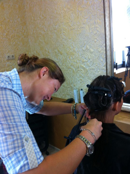 Динара САФИНА решила освоить профессию парикмахера