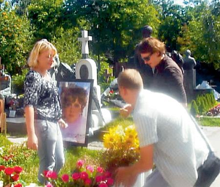 Поклонники Людмилы Марковны не только ухаживают за её могилой, но и помогают СЕНИНУ с памятником