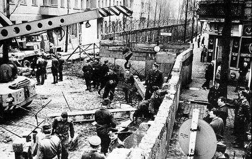 По инициативе ХРУЩЕВА 13 августа 1961 г. началось возведение стены, отделяющей Западный Берлин от Восточного, чтобы остановить бегство немцев в ФРГ, отток денег и утечку секретной информации. В октябре 1961 г. советские и американские танки всю ночь
