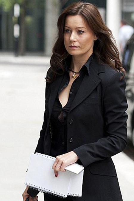 Блузка на груди Елены ГОРБУНОВОЙ, казалось, вот-вот лопнет (фото Daily Mail)
