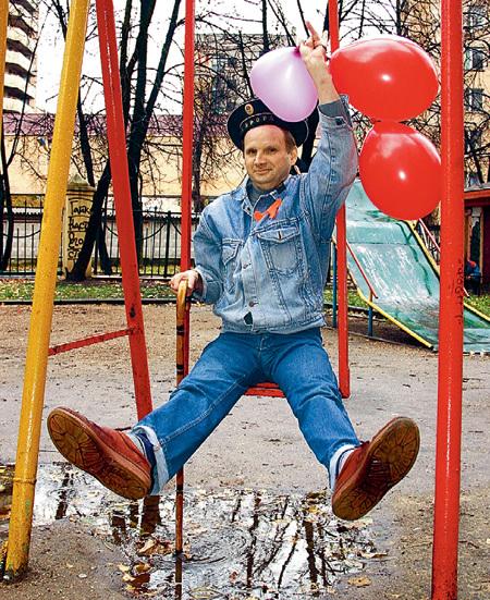 Владимир КАЗАКОВ предлагает всем, кого милиционеры когда-нибудь забирали на улице пьяным, собраться 14 ноября у качелей во дворе первого советского вытрезвителя на улице Марата и выпить в память о прошедших временах