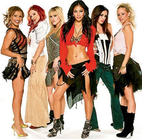 Чтобы девушки поп-группы «Pussycat Dolls» не обиделись, что нет публики, в зал позвали официантов