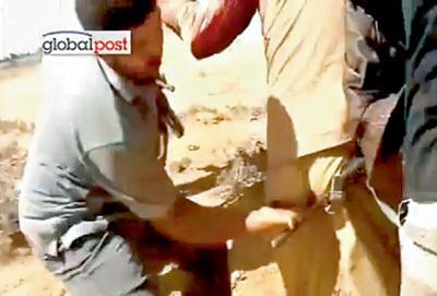 Сторонник американской демократии насилует лидера Ливии ножом