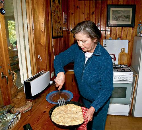 Жанна Андреевна печёт потрясающие пироги - шарлотку, лимонник и рыбный
